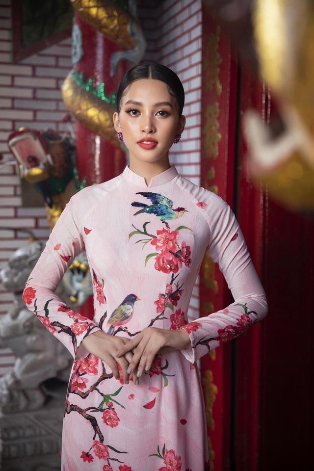 Hoa hậu Tiểu Vy khoe sắc mặn mà trong tà áo dài đón Tết - Ảnh 1.