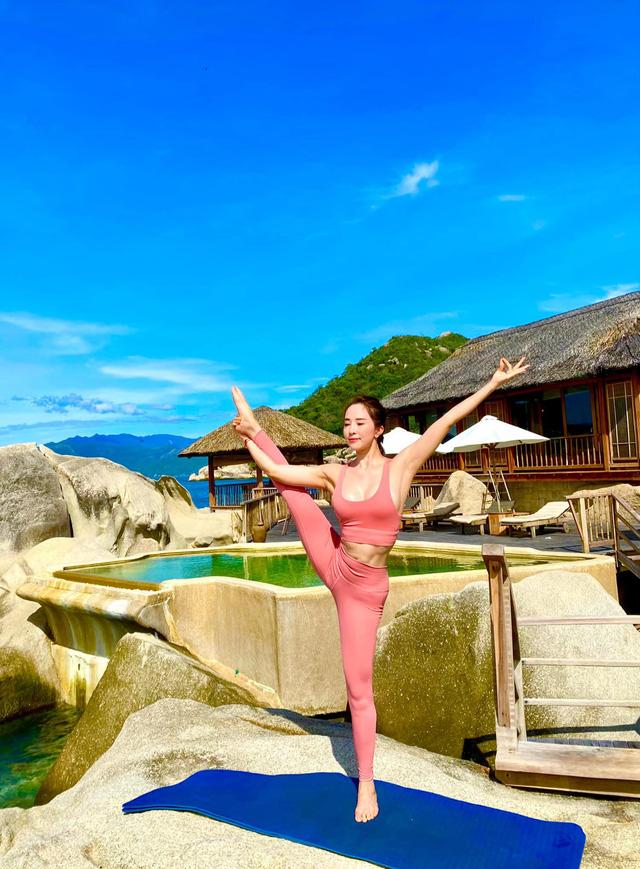 Tròn mắt trước loạt ảnh Yoga của Chi Pu, Thiều Bảo Trâm và các sao Việt - Ảnh 5.