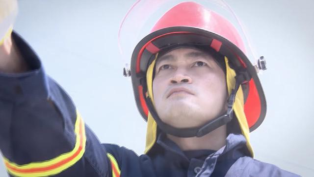Lửa ấm - Tập 1: Đội trưởng Minh (NSƯT Quốc Thái) và đồng đội lao vào biển lửa - Ảnh 1.