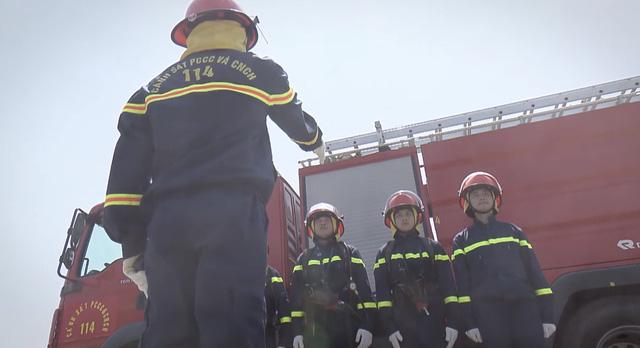 Lửa ấm - Tập 1: Đội trưởng Minh (NSƯT Quốc Thái) và đồng đội lao vào biển lửa - Ảnh 2.