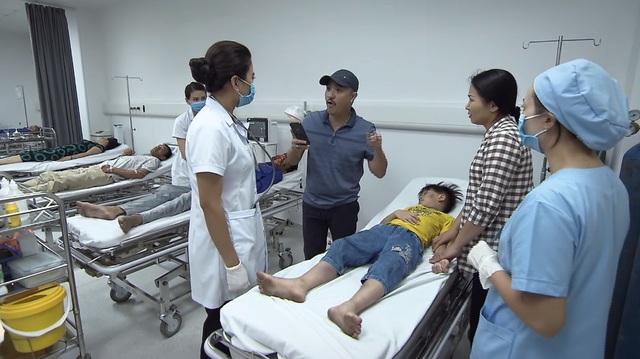 Lửa ấm - Tập 1: Thủy (Thúy Hằng) bị người nhà bệnh nhân quay phim, chụp ảnh vì chưa cứu người ngay - ảnh 2