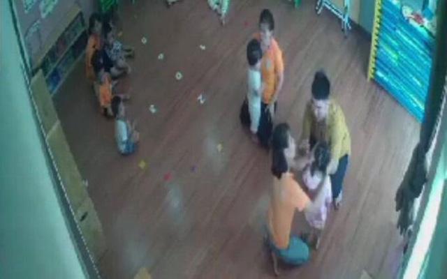 Phẫn nộ vụ bé gái 2 tuổi bị bố bạn cùng lớp mầm non túm tóc, tát vào mặt - Ảnh 1.