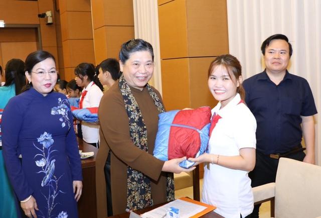 Tặng quà Trung thu cho học sinh mồ côi, khuyết tật vượt khó - Ảnh 2.