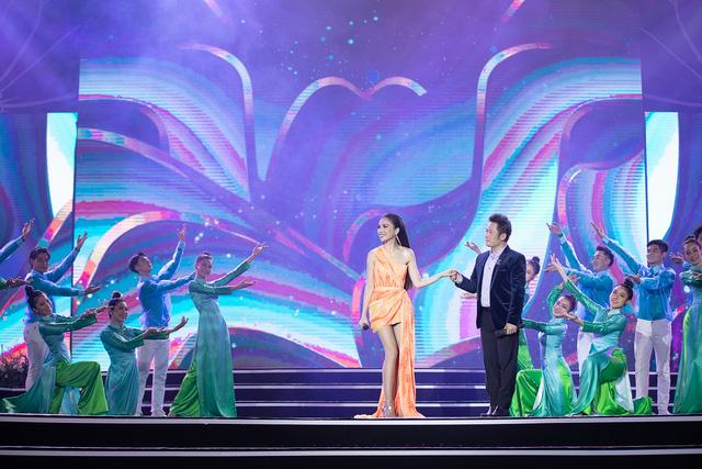 Bằng Kiều tái ngộ Hiền Thục trên sân khấu Bán kết Hoa hậu Việt Nam 2020 - Ảnh 4.