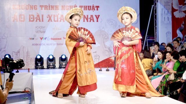 Ao Dai designs featured at the fashion show (Photo: laodongthudo.vn)