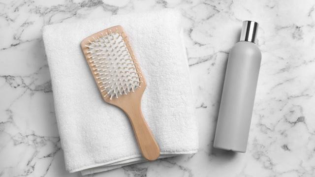 Vì sao không nên lau khô tóc với khăn tắm? - Ảnh 1.
