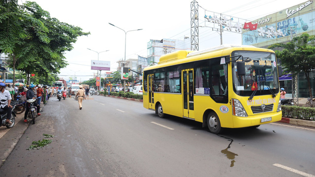 Xe bus tông người phụ nữ đi xe máy tử vong tại Bình Phước - Ảnh 1.