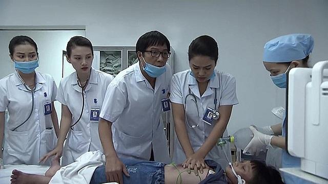 Dàn diễn viên Lửa ấm và những thách thức lớn khi nhập vai bác sĩ, lính cứu hỏa - Ảnh 6.
