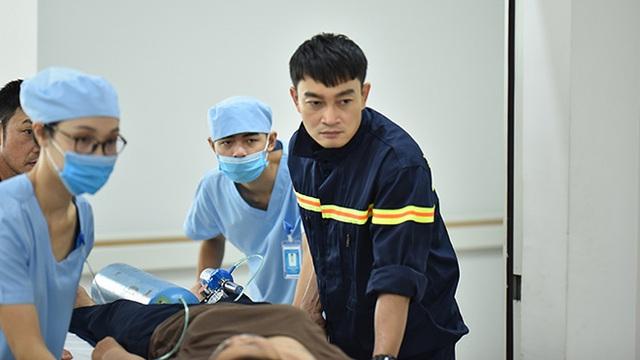 Dàn diễn viên Lửa ấm và những thách thức lớn khi nhập vai bác sĩ, lính cứu hỏa - Ảnh 2.