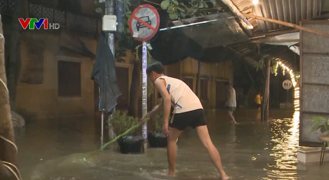 Người Hội An khẩn trương dọn dẹp phố cổ sau khi nước lũ rút - Ảnh 1.