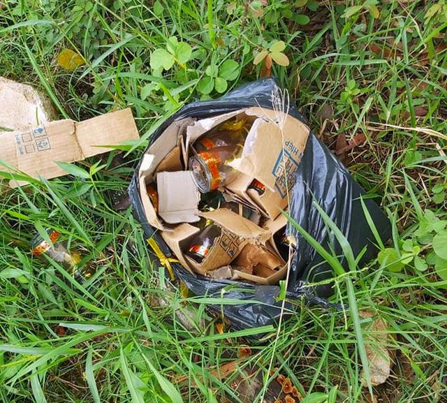 Bé sơ sinh nguyên dây rốn bị vứt bỏ trong túi nylon ven đường - Ảnh 1.