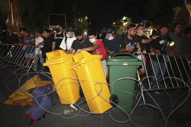 Biểu tình kéo dài 3 tháng, Thái Lan thực thi sắc lệnh tình trạng khẩn cấp tại thủ đô Bangkok - Ảnh 3.