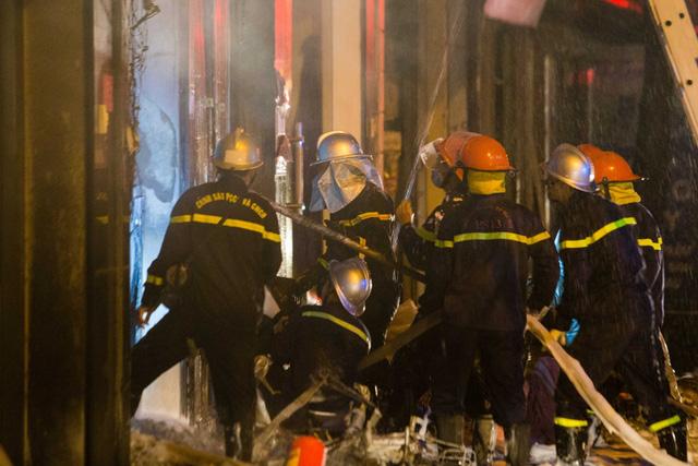 Cứu 5 người kẹt trong cửa hàng kinh doanh gas bị cháy ở Hà Nội - Ảnh 1.