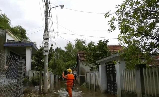 Điện lực miền Trung khẩn trương khôi phục lưới điện sau mưa lũ - Ảnh 1.