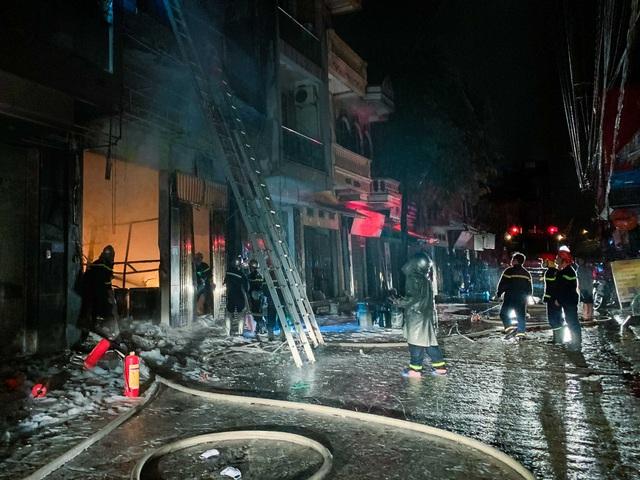 Cứu 5 người kẹt trong cửa hàng kinh doanh gas bị cháy ở Hà Nội - Ảnh 2.