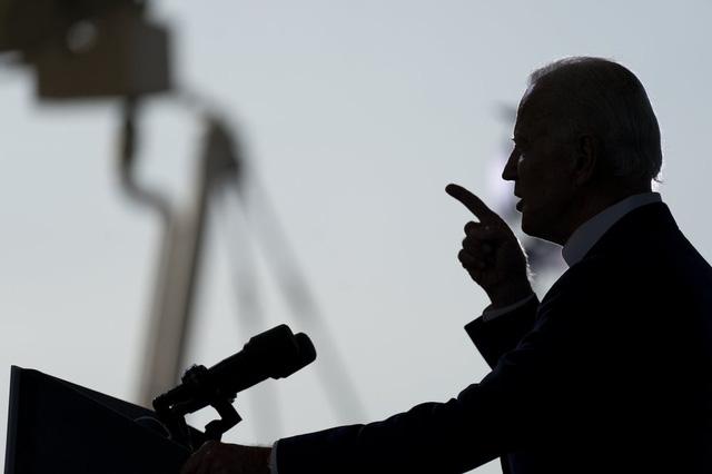 Hai ứng cử viên Tổng thống Mỹ trả lời cử tri qua truyền hình trong cùng khung giờ ở 2 kênh khác nhau - Ảnh 2.