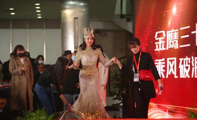 Sau nhiều ồn ào, nữ thần Kim ưng Tống Thiến xuất hiện nhạt nhòa - Ảnh 3.