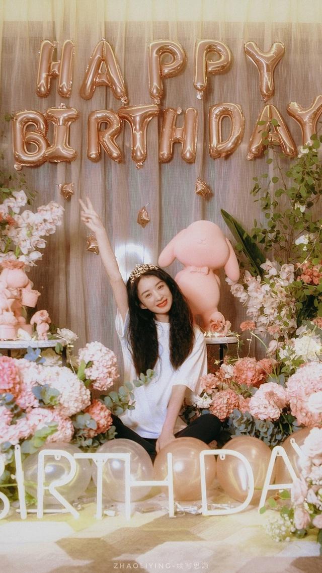 Triệu Lệ Dĩnh khoe ảnh sinh nhật như công chúa - Ảnh 2.