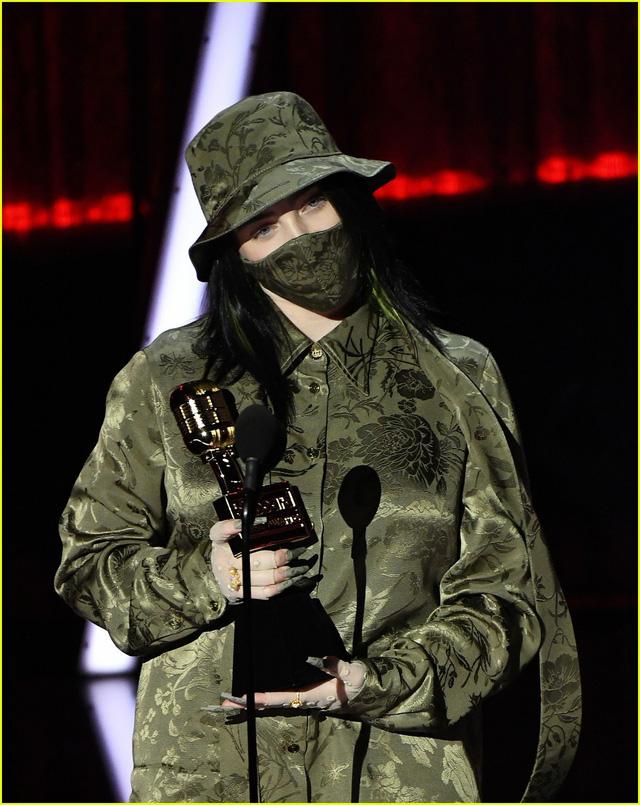 Billie Eilish sốc khi nhận giải Billboard - Ảnh 1.
