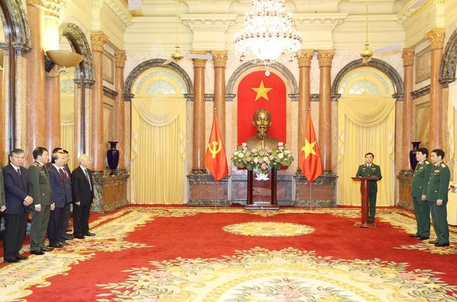 Tổng Bí thư, Chủ tịch nước trao Quyết định thăng quân hàm cho hai tướng lĩnh Quân đội - Ảnh 1.