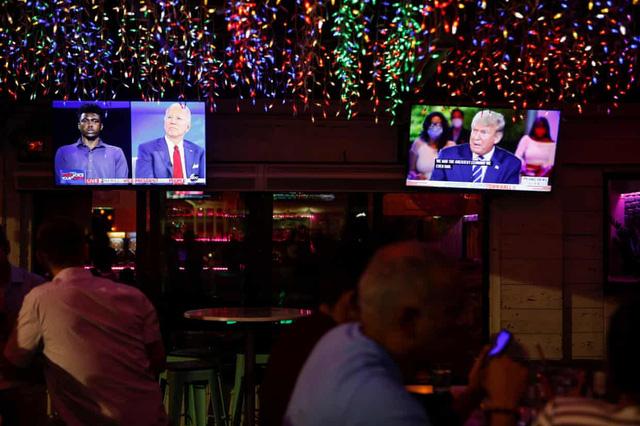 Ai giành ưu thế sau màn so găng Town hall giữa 2 ứng cử viên Tổng thống Mỹ? - Ảnh 1.