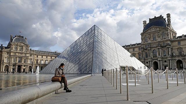 Người dân Paris đổ ra đường tận hưởng những giờ phút trước lệnh giới nghiêm - Ảnh 1.