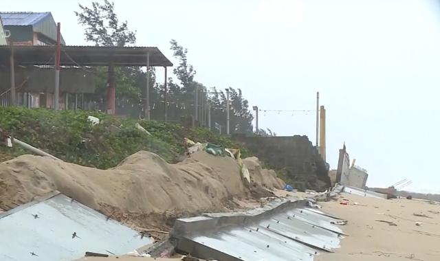 Kè biển hơn 30 tỷ đồng đang thi công bị sóng đánh sập - Ảnh 2.