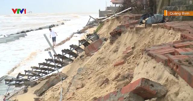 Kè biển hơn 30 tỷ đồng đang thi công bị sóng đánh sập - Ảnh 1.