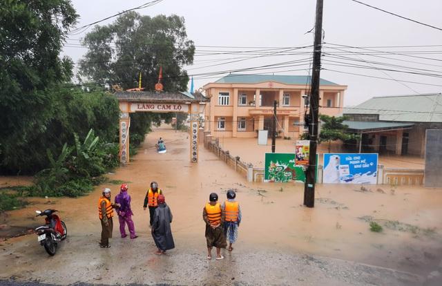Quảng Trị  lũ lớn, Quảng Nam di dời học sinh để đảm bảo an toàn - Ảnh 1.