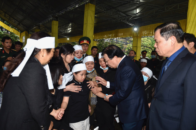 Phó Thủ tướng Trịnh Đình Dũng dự lễ tang 13 đồng chí hy sinh tại Rào Trăng 3 - Ảnh 7.