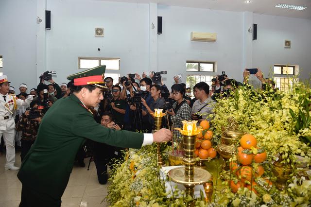 Phó Thủ tướng Trịnh Đình Dũng dự lễ tang 13 đồng chí hy sinh tại Rào Trăng 3 - Ảnh 9.