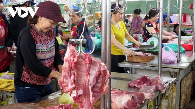 Lợn hơi giảm giá nhưng người tiêu dùng vẫn khó mua được thịt giá rẻ - ảnh 1