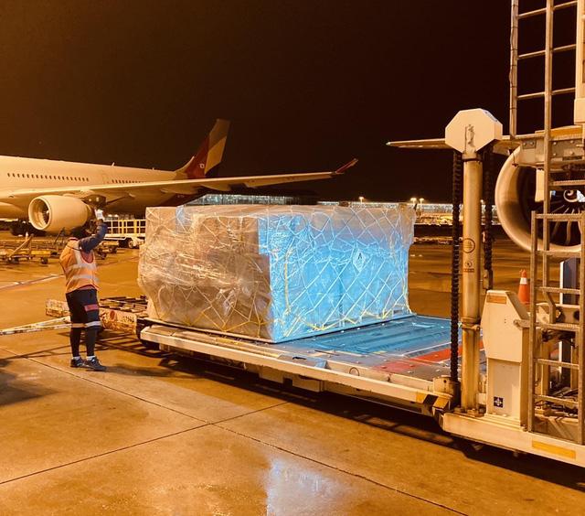 Các hãng hàng không đồng loạt vận chuyển miễn phí hàng cứu trợ ra vùng lũ lụt - Ảnh 1.
