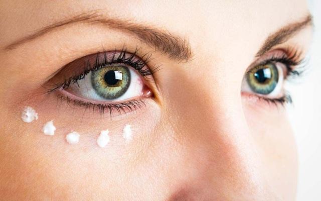 Bọng mắt nhanh tan biến chỉ với 4 mẹo sau - Ảnh 1.