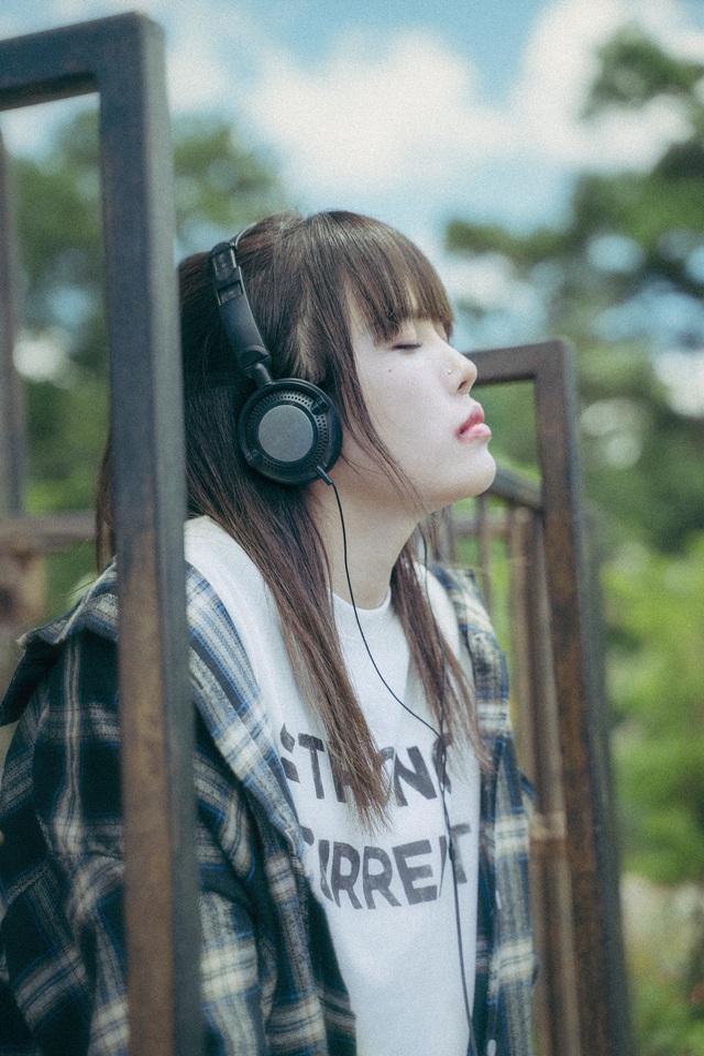 Rũ bỏ hình ảnh tiểu thư, Thiều Bảo Trâm ẩu đả trong MV mới - Ảnh 4.