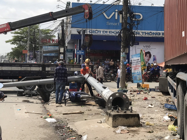 Container mất lái đâm vào 5 cửa hàng, nhiều người thoát chết - Ảnh 1.