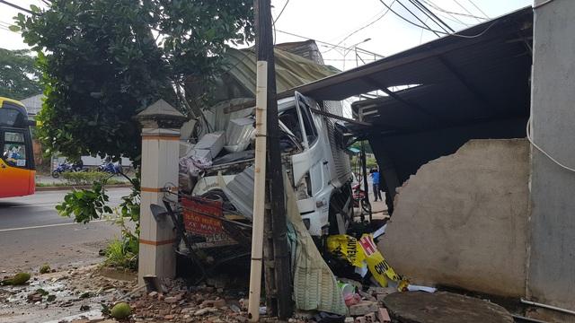 Xe tải tông nát xe máy, lao vào nhà nhà dân - Ảnh 1.
