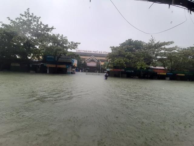 Hồ Kẻ Gỗ tăng mức xả tràn, tỉnh Hà Tĩnh phát lệnh sơ tán hơn 45.000 dân - Ảnh 3.