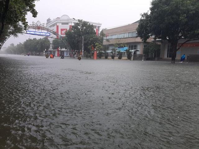 Hồ Kẻ Gỗ tăng mức xả tràn, tỉnh Hà Tĩnh phát lệnh sơ tán hơn 45.000 dân - Ảnh 2.