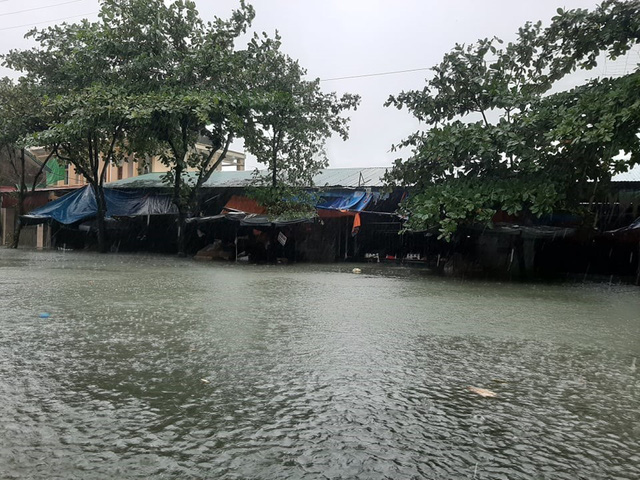 Hồ Kẻ Gỗ tăng mức xả tràn, tỉnh Hà Tĩnh phát lệnh sơ tán hơn 45.000 dân - Ảnh 1.