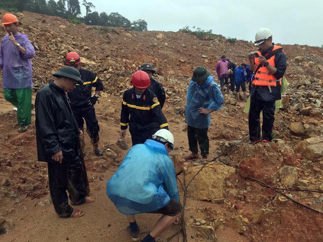 Khối lượng đất đá sạt lở tại Rào Trăng 3 ước tính trên 30.000 m3, độ sâu 5-7m - Ảnh 1.