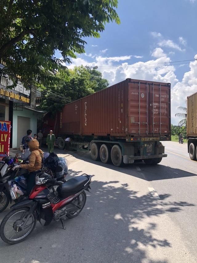 Xe container mất lái vì nổ lốp trước, đâm sầm vào nhà dân bên đường - Ảnh 1.