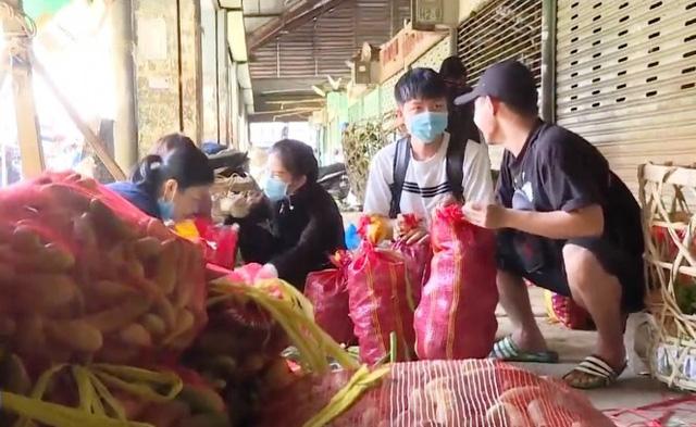Nhóm thiện nguyện quyên góp hàng chục ngàn tấn rau cho trẻ cơ nhỡ - Ảnh 1.