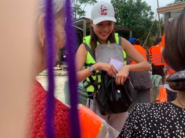 Thúy Diễm cùng chồng Lương Thế Thành đi cứu trợ miền Trung - Ảnh 5.