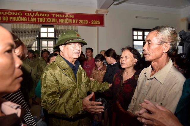 Phó Thủ tướng Trịnh Đình Dũng kiểm tra, chỉ đạo ứng phó mưa lũ tại Quảng Bình - Ảnh 2.