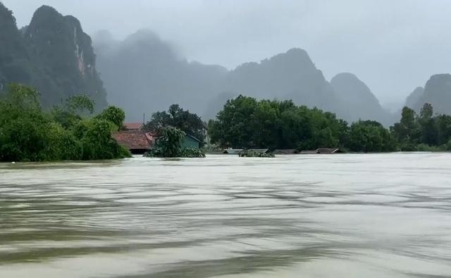 Quảng Bình: Chạy đua với thời gian cứu hộ người dân vùng lũ - Ảnh 3.