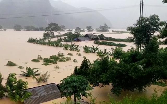Quảng Bình: Chạy đua với thời gian cứu hộ người dân vùng lũ - Ảnh 1.