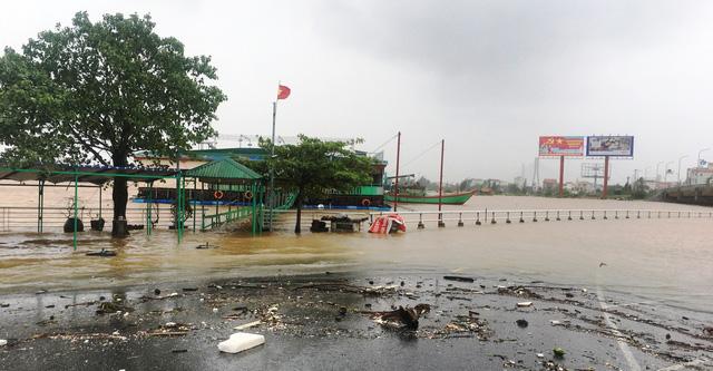 Nước lũ lần đầu tiên gây ngập Thành phố Đồng Hới, Quảng Bình - Ảnh 2.