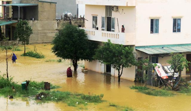 Nước lũ lần đầu tiên gây ngập Thành phố Đồng Hới, Quảng Bình - Ảnh 1.