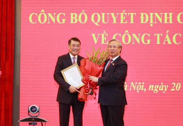 Trao quyết định cho ông Lê Minh Hưng giữ chức Chánh Văn phòng Trung ương Đảng - Ảnh 1.